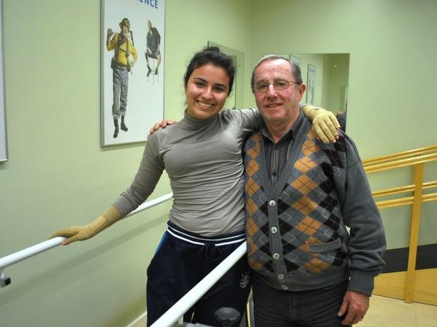 Kelen e o pai Mauri após dar os primeiros passos com a nova prótese (Foto: Luiza Carneiro/ G1)