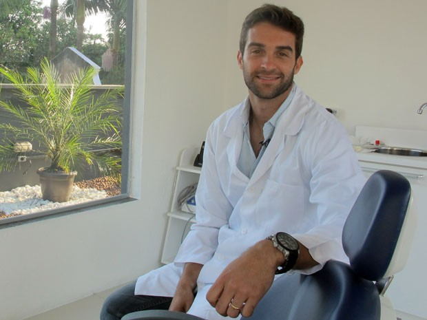 Formado em odontologia, ele montou um consultório no começo deste ano na capital paulista (Foto: Gabriela Gasparin/G1)