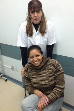 Fisioterapeuta Danielle ao lado da paciente Silvia, que recebe atendimento no CIAVA (Foto: Arquivo Pessoal)