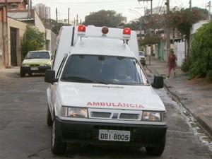 Ambulância tem sirene, maca, ventilador e banco para acompanhante (Foto: Alfredo Morgante / EPTV)