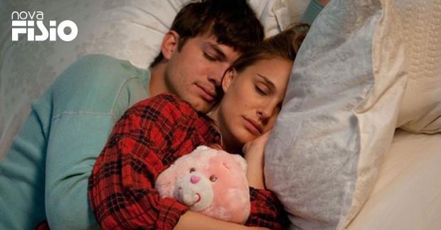 """Natalie Portman e Ashton Kutcher em """"Sexo sem compromisso"""", de 2011, em que os personagens tantam separar amor e sexo"""