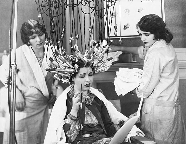 Estas imagens incríveis de jornais das décadas de 1930 e 1940 dão uma ideia de como eram feitos os tratamentos de beleza antes da toxina botulínica e da cirurgia plástica serem inventados. Esta mulher está arrumando o cabelo em um salão de beleza
