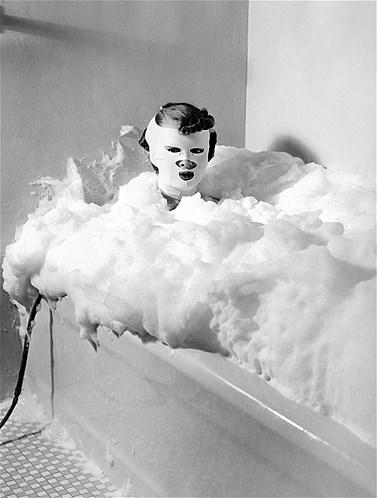 Esta pessoa - não dá para saber se é um homem ou uma mulher - está experimentado o tratamento de banho de leite com ar comprimido, por isso tanta espuma. A máscara era responsável pelo rejuvenescimento