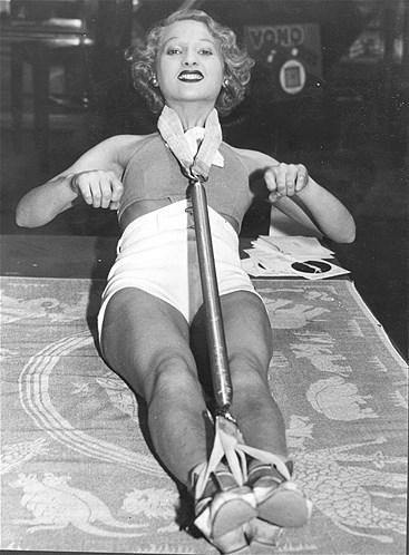 A bailarina clássica e especialista exercícios físicos, Rosemary Andree, pratica exercícios com um aparelho que fica preso aos pés e ao pescoço enquanto é usado