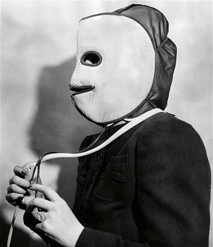 Este gorro elétrico, que foi lançado na Feira Internacional de Beleza em 1940, servia para aquecer o couro cabeludo e para proteger o rosto do calor.