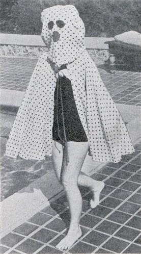 As mulheres que não tomavam sol com medo das sardas usavam esta capa para se protegerem. Sim, era horroroso, mas era a alternativa para quem queria tomar sol, mas com a certeza de que não ficaria cheia de sardas