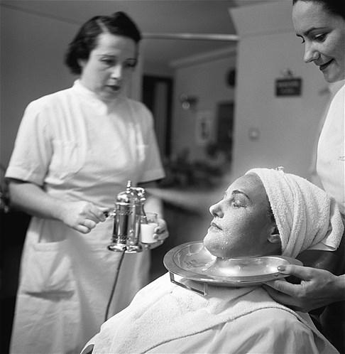 Esta mulher recebe uma 'banho' de leite no rosto em um spa suíço