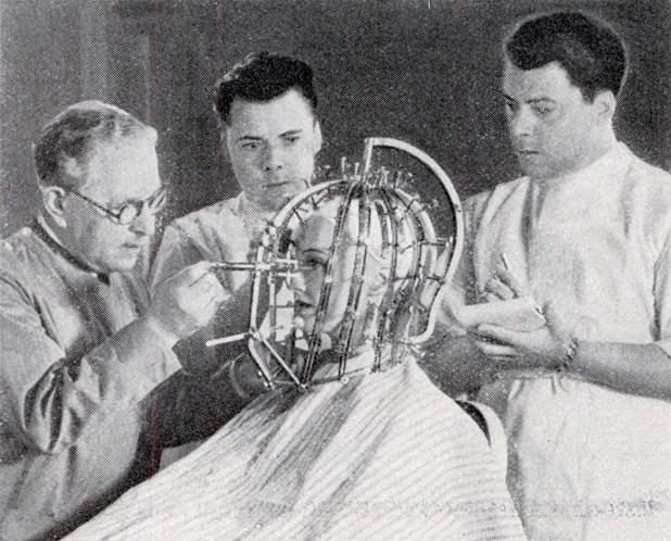 O maquiador Max Factor inventou esta máquina que mensura a beleza das mulheres. De acordo com o criador, a máquina permitia que a beleza da mulher fosse vista de uma forma ampla