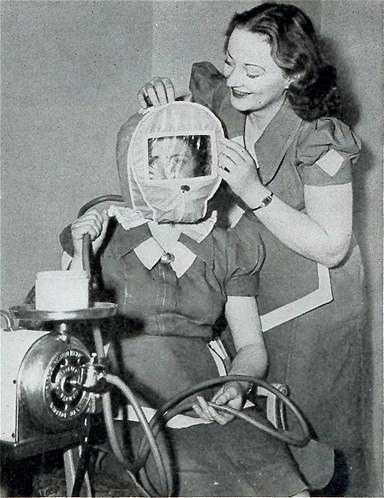 Não, esta foto não é de um mergulhador ou de um astronauta. É um capacete de vácuo que antigamente era utilizado em salões de beleza. O 'gorro do glamour' ajudava a clarear as manchas na pele. Esta já era uma nova alternativa para a máscara de lama.
