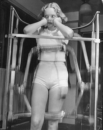A modelo Pat Ogden recebe fortes golpes na barrigas, nos quadris e nas coxas de rolos elétricos que percorriam estas partes do corpo fazendo fortes massagens. Podemos dizer que era assim que se fazia drenagem linfática antigamente