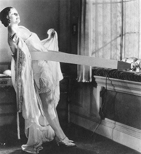 Parece que esta mulher está gostando de usar a sua Vibro-Slim, uma máquina que vibra e auxilia no emagrecimento