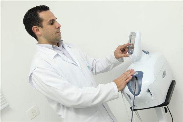 O fisioterapeuta Giuliano Martins analisa os quadros do ex-piloto Michael Schumacher e da atleta brasileira Lais Souza