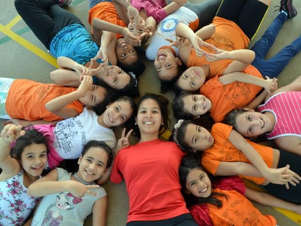 Carol e alunas da escola municipal que dá aulas em Piracicaba (Foto: Fernanda Zanetti/G1)