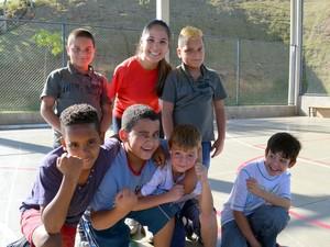 Carol e alguns dos estudantes do 3º ano em Piracicaba (Foto: Fernanda Zanetti/G1)