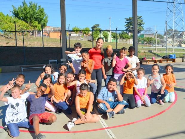 Carol com alunos da Escola Municipal Professora Judith Moretti Accorsi (Foto: Fernanda Zanetti/G1)
