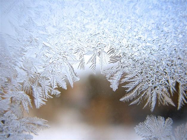 Gelo acumulado em uma janela durante o inverno