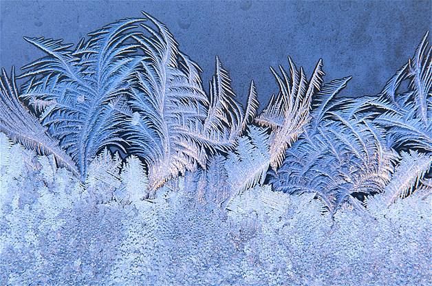 Gelo na janela durante o inverno