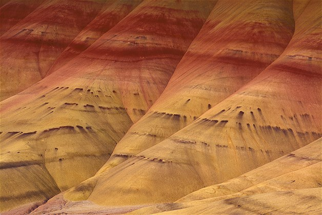 Montes 'pintados' em Mitchell, em Oregon. As camadas mais coloridas de seus montes correspondem a várias eras geológicas formadas quando existia uma antigo rio de várzes na área
