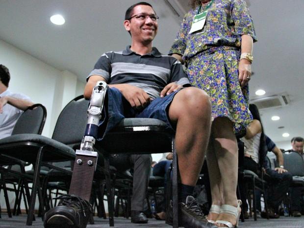 Prótese de madeira foi lançada em Manaus (Foto: Marcos Dantas/G1 AM)