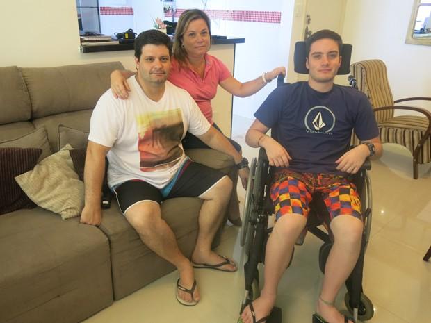 Família do jovem o auxilia nas atividades diárias após o acidente (Foto: Mariane Rossi/G1)